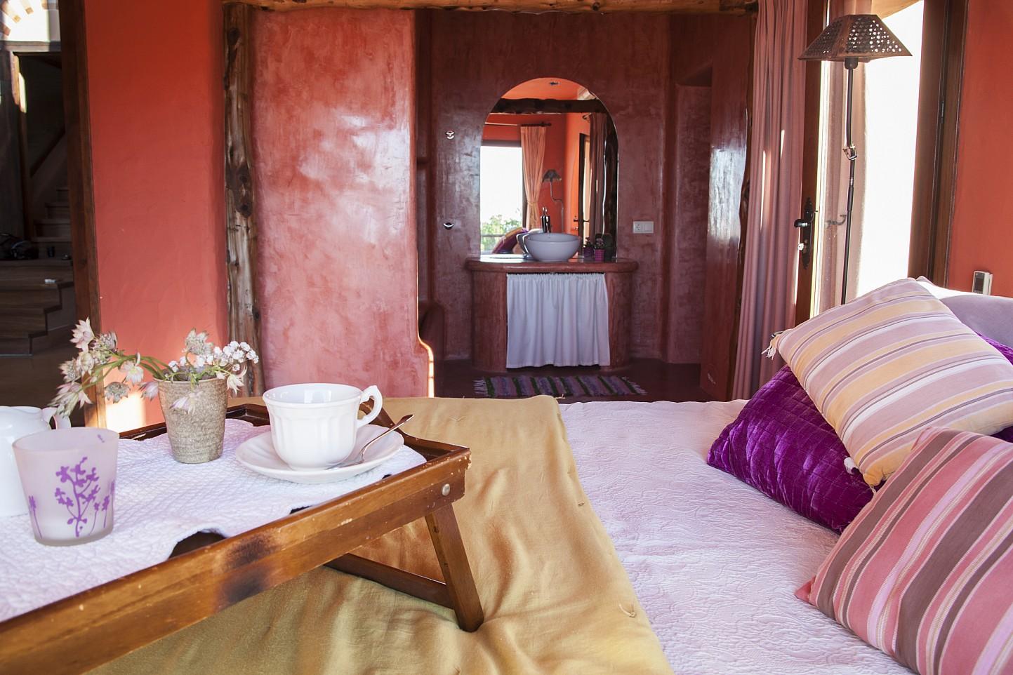 Dormitorio de preciosa villa en alquiler con vistas panorámicas en San Miguel, Ibiza
