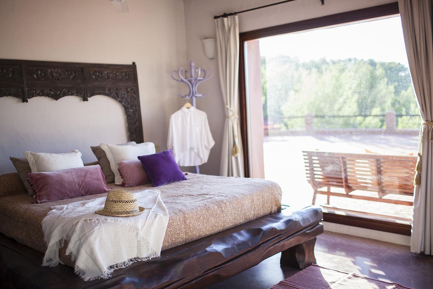 Habitación de matrimonio de preciosa villa en alquiler con vistas panorámicas en San Miguel, Ibiza