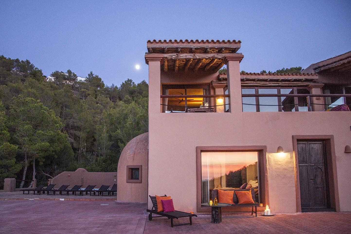 Fachada de preciosa villa en alquiler con vistas panorámicas en San Miguel, Ibiza