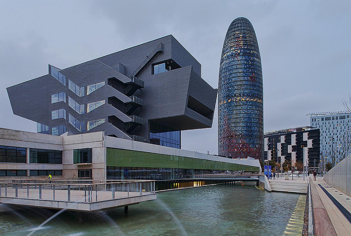Alrededores de edificio industrial con posibilidad de construir un Hostal o similar en venta en Barcelona