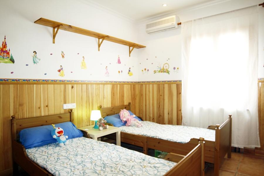 Dormitorio con dos camas de casa unifamiliar con mucho encanto en venta en Llucmajor, Mallorca