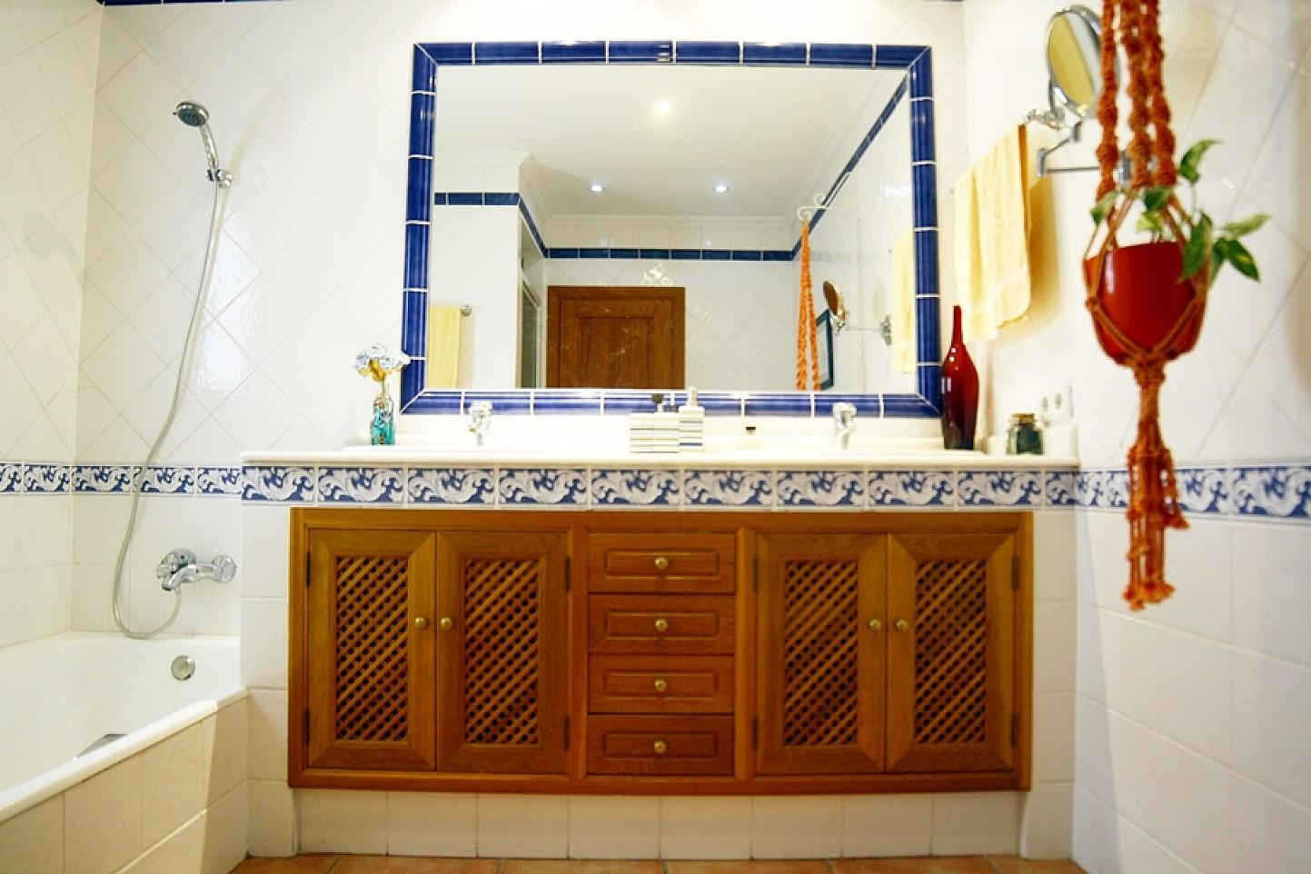 Baño con bañera de casa unifamiliar con mucho encanto en venta en Llucmajor, Mallorca