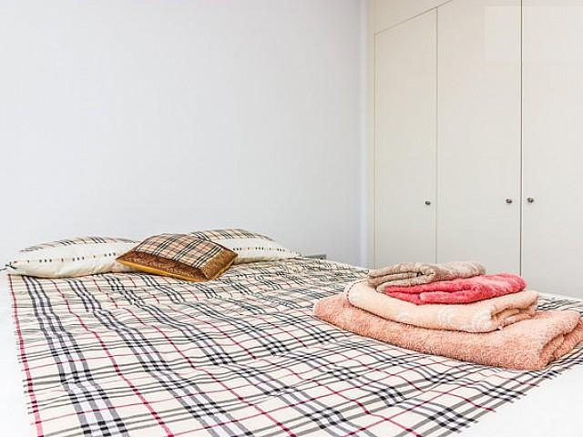 Просторная спальня квартиры в аренду на Барселонете