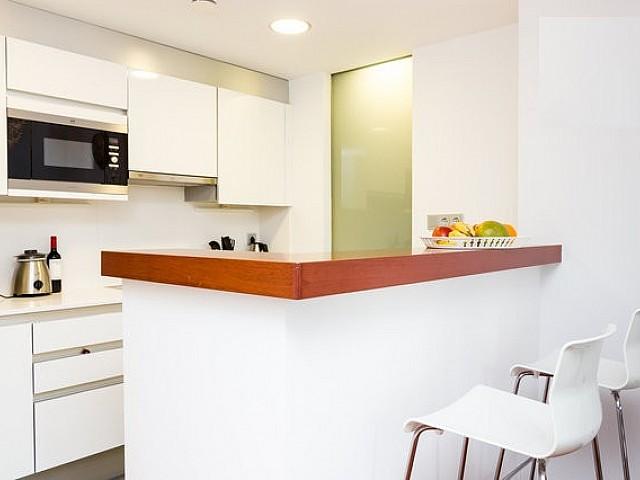 Оборудованная кухня квартиры в аренду на Барселонете