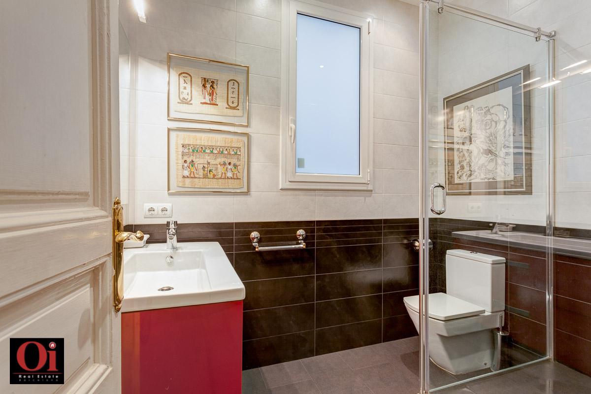 Baño con ducha de maravilloso piso en venta en el corazón del Eixample, Barcelona