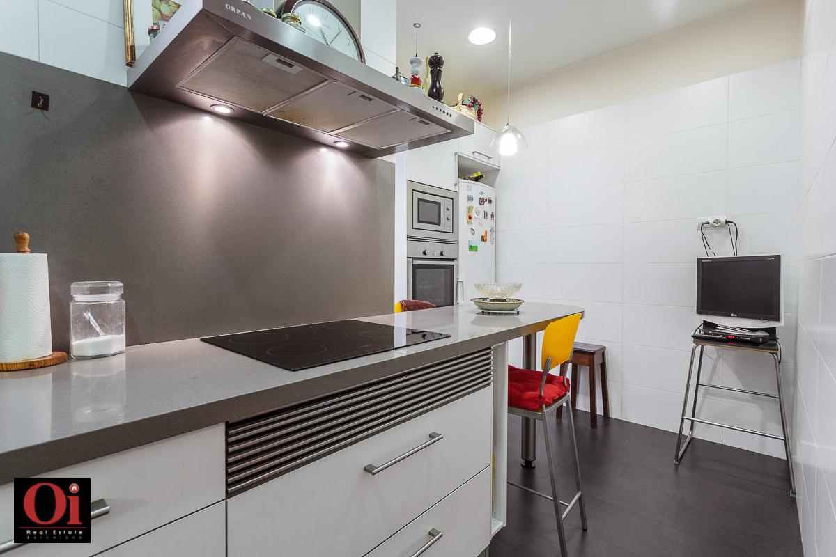 Современная кухня квартиры на продажу в Eixample Derecho