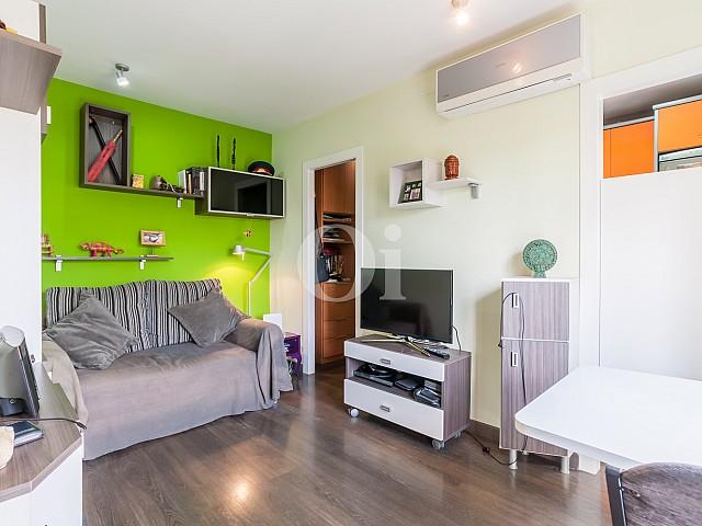 Sala de estar de apartamento con espectaculares vistas al mar en venta en la Barceloneta