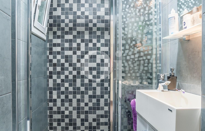 Baño con ducha de apartamento con espectaculares vistas al mar en venta en la Barceloneta
