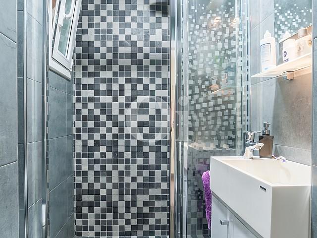 Ванная комната с душевой кабинкой квартиры на продажу на Барселонете