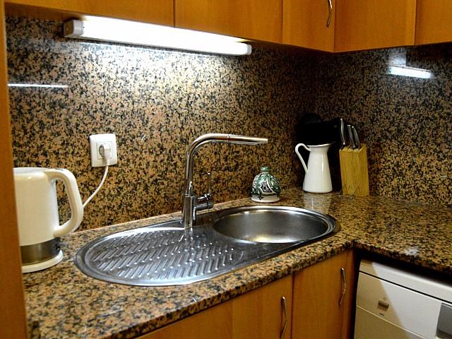 Современная кухня квартиры в аренду в Fort Pienc