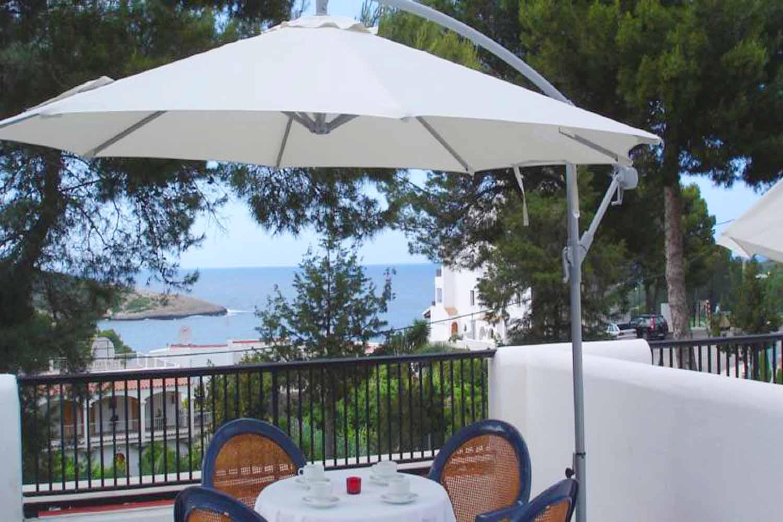 Terraza de complejo residencial de apartamentos en venta en la bahia de Portinax, Ibiza
