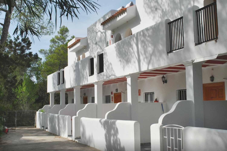 Fachada de complejo residencial de apartamentos en venta en la bahia de Portinax, Ibiza