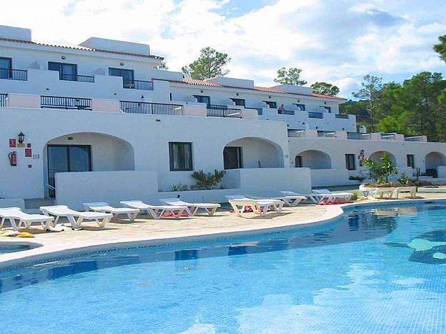 Piscina comunitaria de complejo residencial de apartamentos en venta en la bahia de Portinax, Ibiza