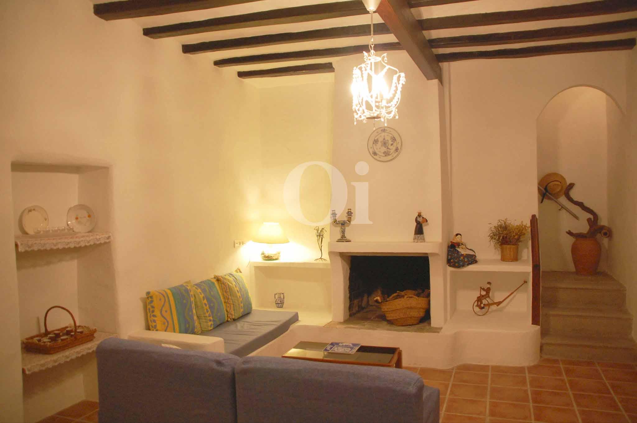 Шикарная гостиная дома в аренду на Ибице