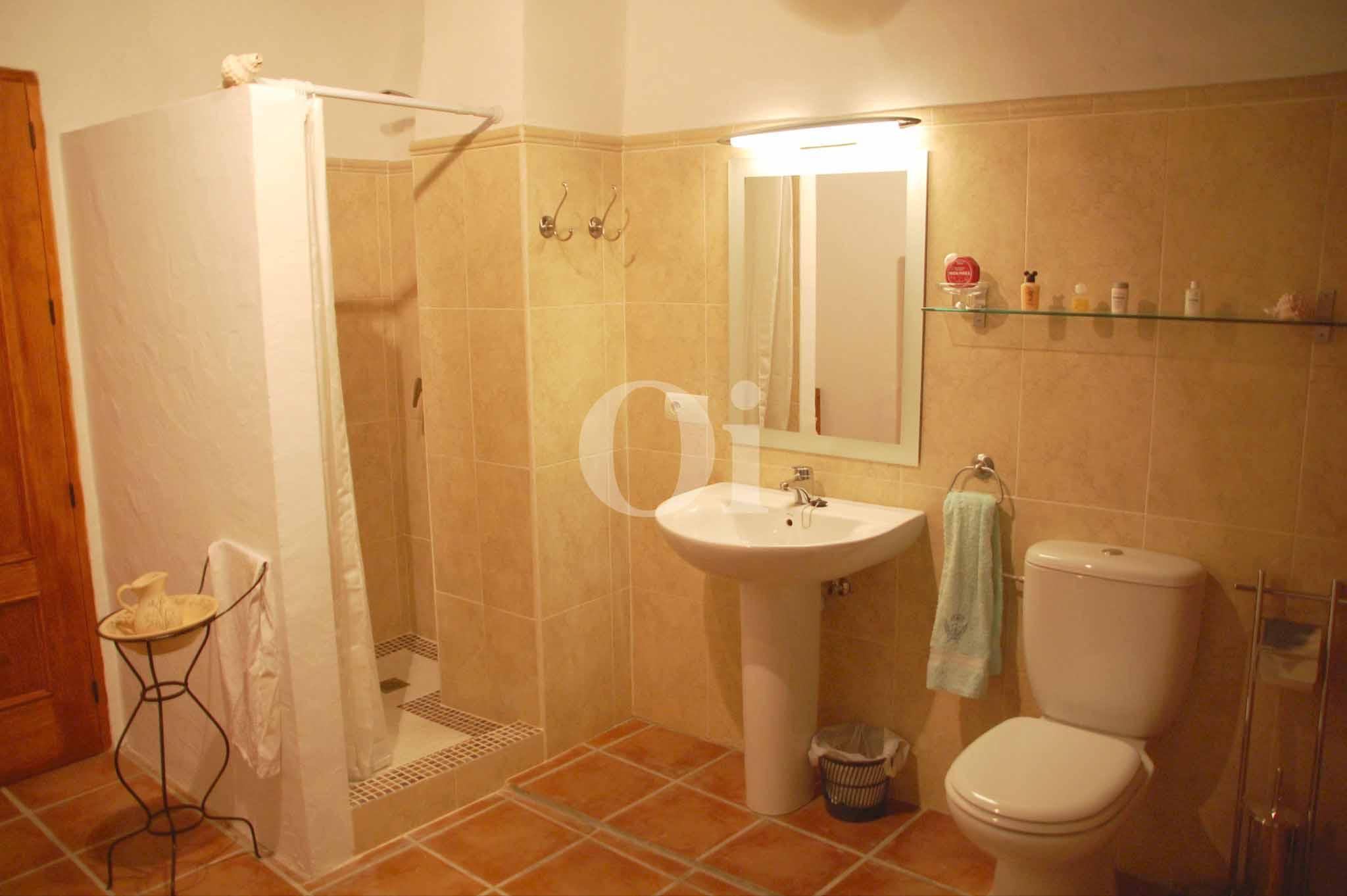 Современная ванная комната дома в аренду на Ибице