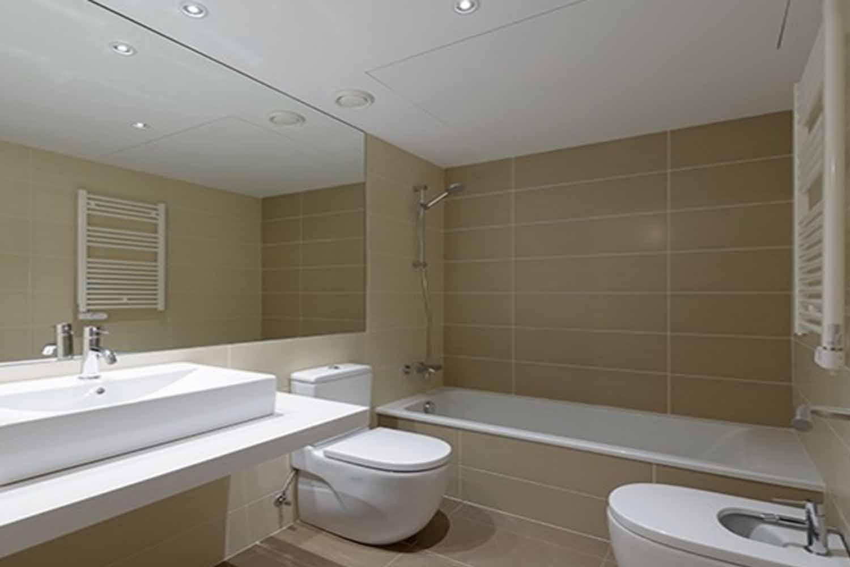 Baño con bañera de dúpex de diseño en venta en Gracia, Barcelona