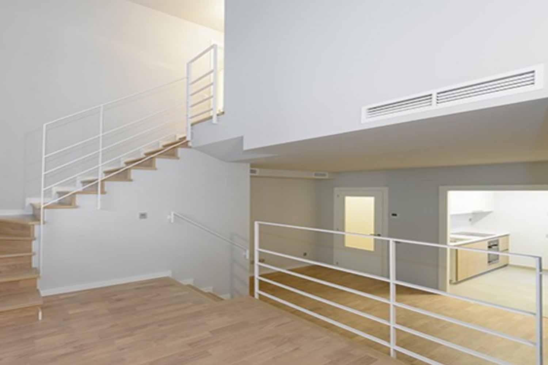 Treppen zum oberen Stock eines Deisg-Duplex zum Verkauf in Gràcia, Barcelona