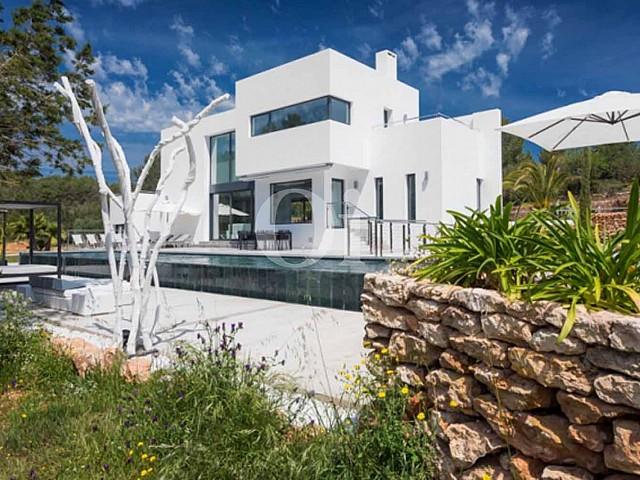 Fachada de lujosa villa en venta en Santa Gertrudis, Ibiza