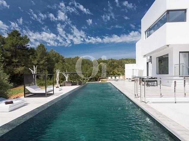 Swimming-Pool einer luxuriösen Villa zum Verkauf in Santa Gertrudis, Ibiza
