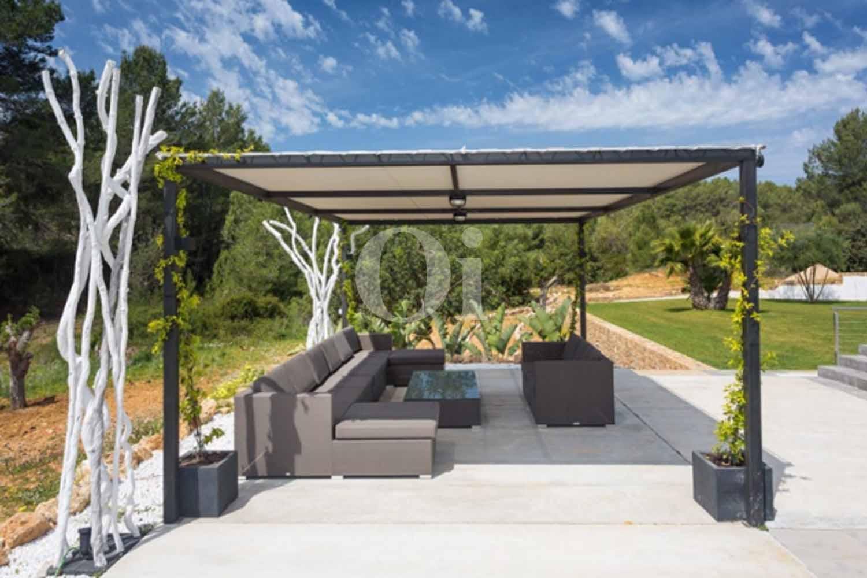 Veranda einer luxuriösen Villa zum Verkauf in Santa Gertrudis, Ibiza