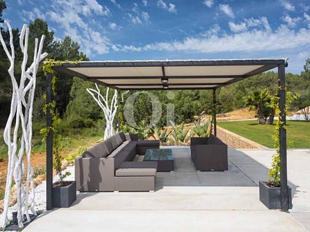 terraza exterior de lujosa villa en venta en Santa Gertrudis, Ibiza