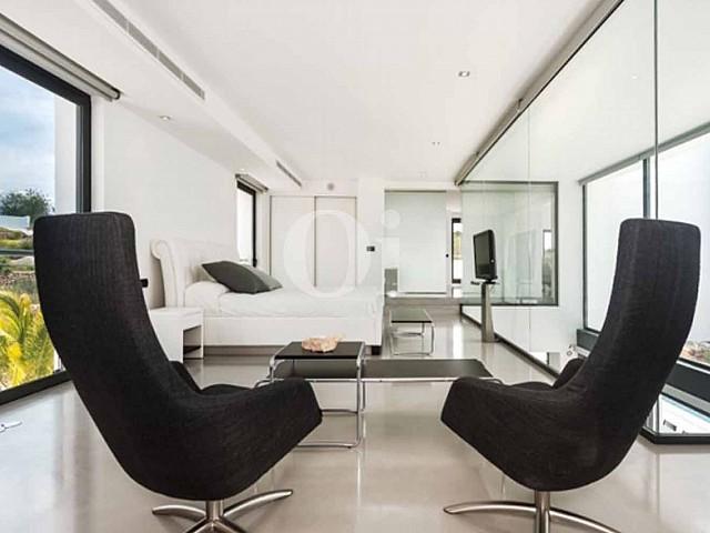 Schlafzimmer einer luxuriösen Villa zum Verkauf in Santa Gertrudis, Ibiza