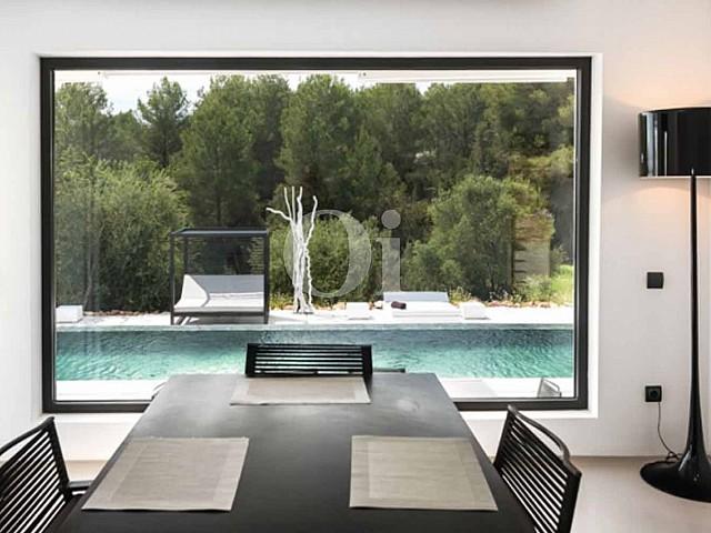 Anbklick auf den Swimming-Pool einer luxuriösen Villa zum Verkauf in Santa Gertrudis, Ibiza