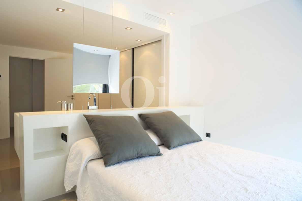 Роскошная спальня шикарной виллы на продажу на Ибице