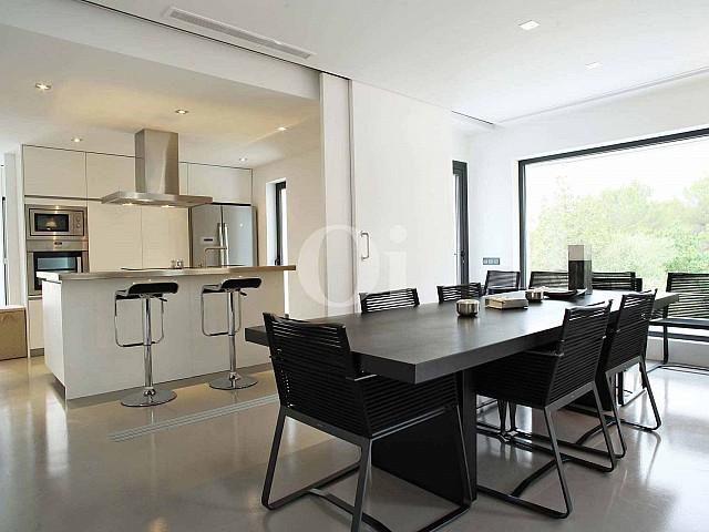 Wohn-Esszimmer und Küche einer luxuriösen Villa zum Verkauf in Santa Gertrudis, Ibiza