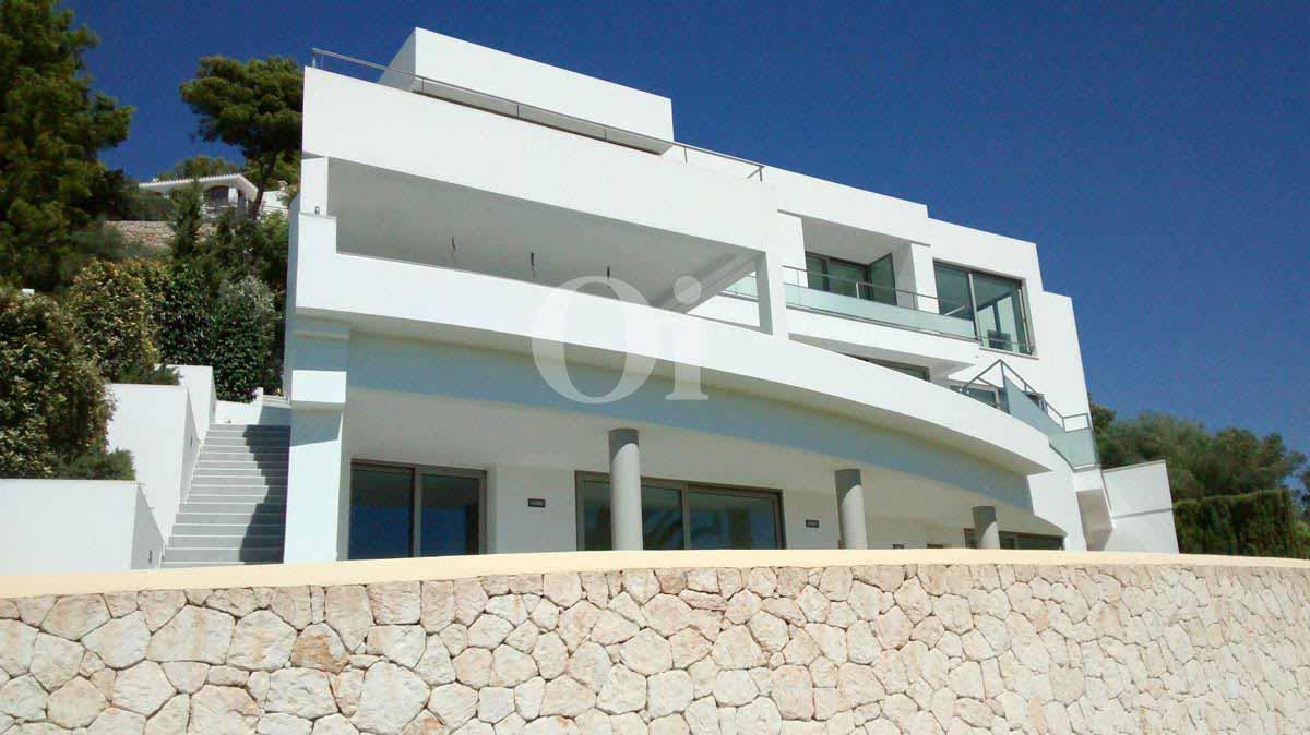 Fachada de impresionante villa en venta en Can Furnet, Ibiza