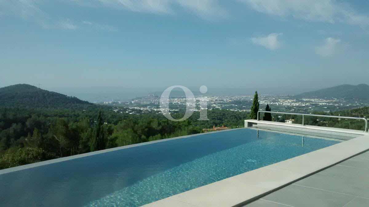 Piscina propia de impresionante villa en venta en Can Furnet, Ibiza