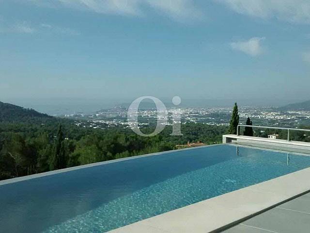 Swimming-Pool einer Villa zum Verkauf in Can Furnet, Ibiza