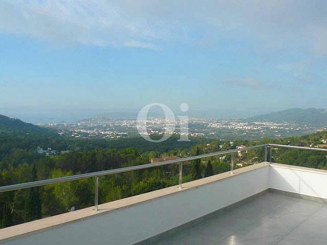 Terrase mit Anblicken einer Villa zum Verkauf in Can Furnet, Ibiza