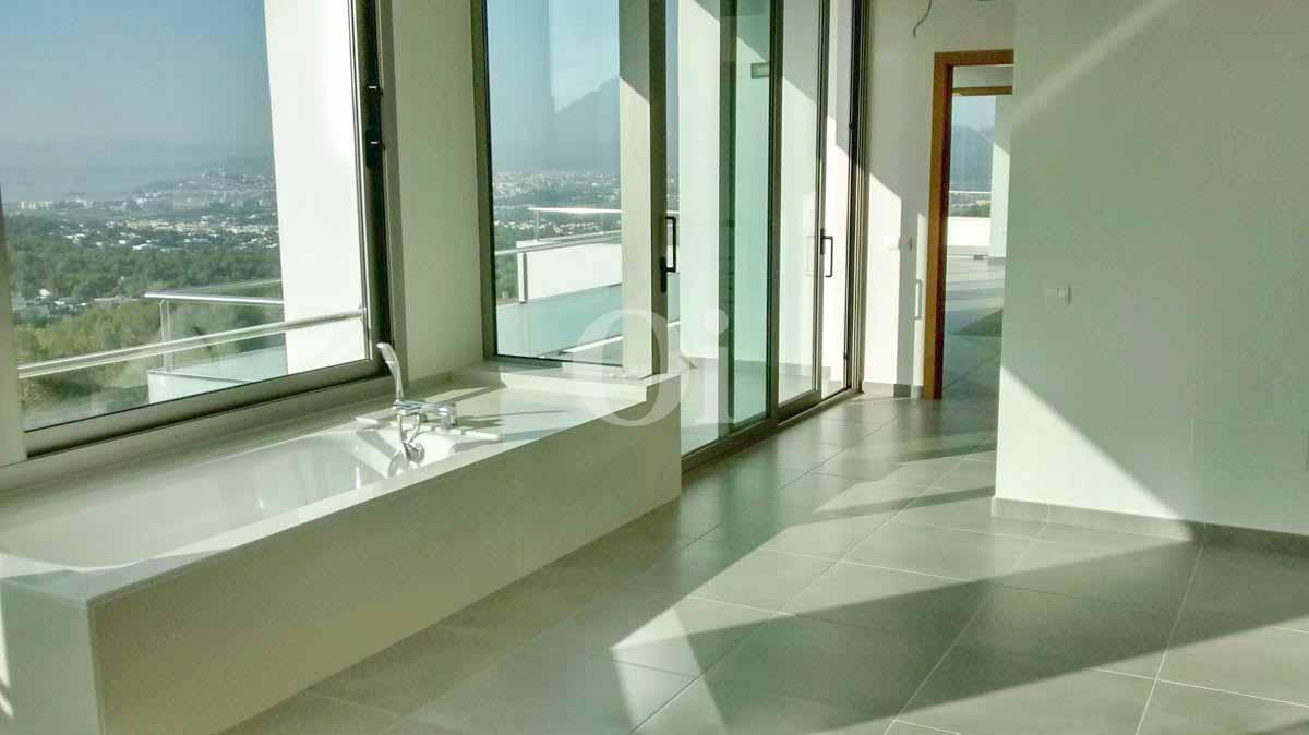 Baño con bañera de impresionante villa en venta en Can Furnet, Ibiza