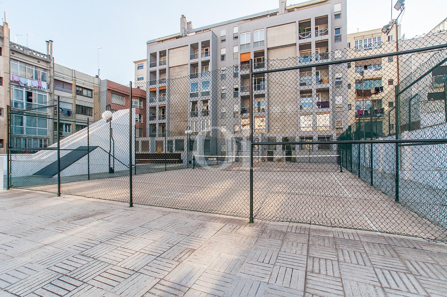 Pista de tennis d'un pis en venda a l'Eixample Dreta de Barcelona