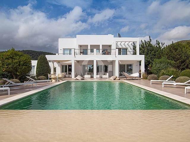 Außenbereich mit Pool, Chill Out Zone und der Villa