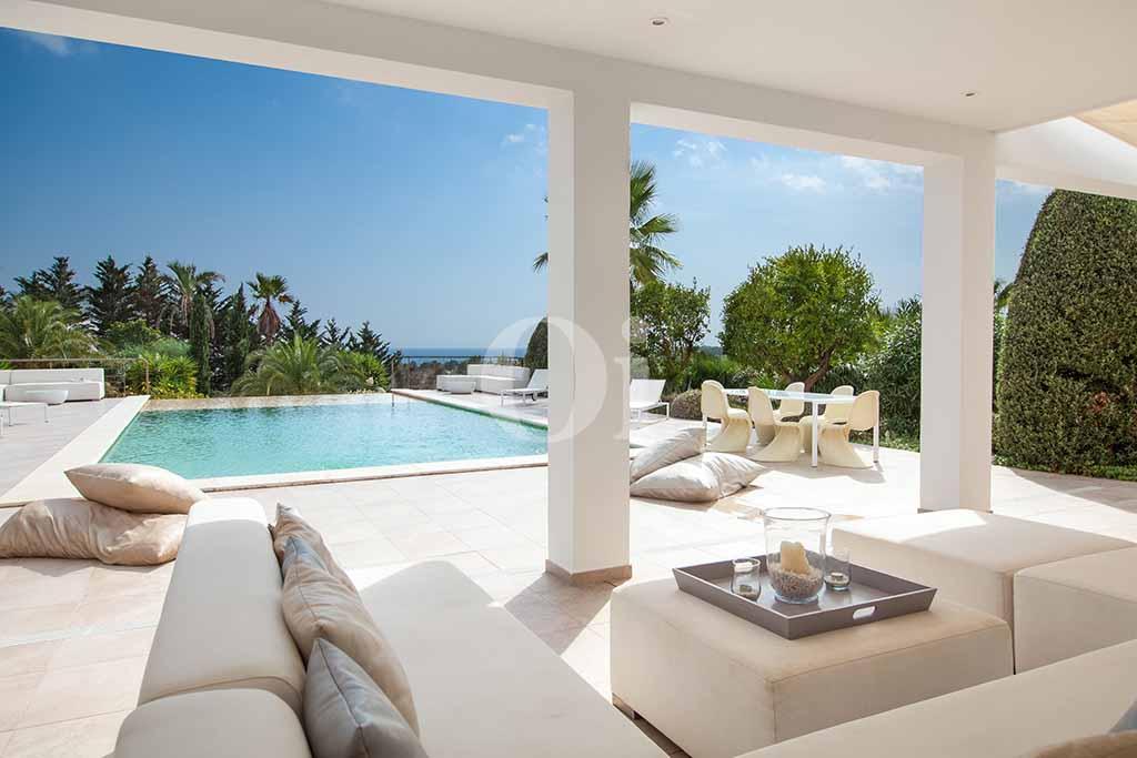 Terraza de villa de lujo en alquiler en Ibiza