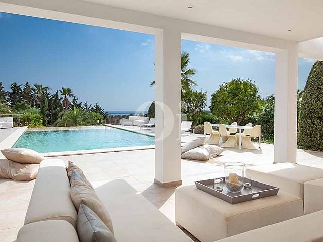 Porxo i piscina d'una vila amb piscina en lloguer a Cala Jundal, Eivissa