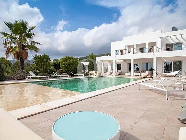 Alquiler de villa de lujo con vistas a Cala Jundal, Ibiza
