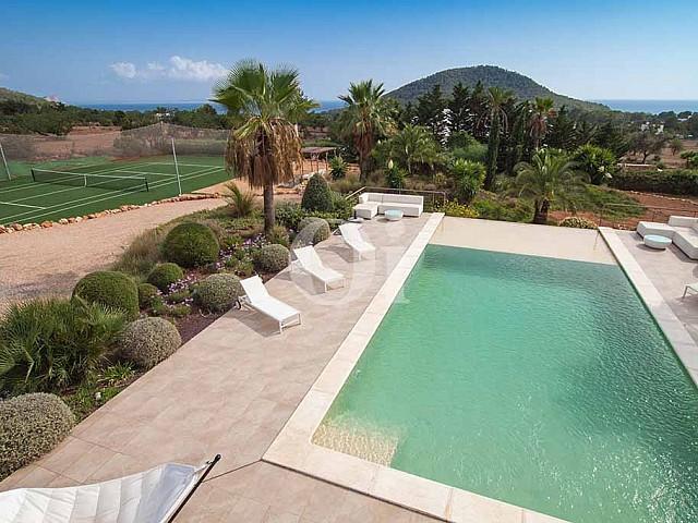 Balkonaussicht auf das Grundstück mit Pool und Tennisplatz