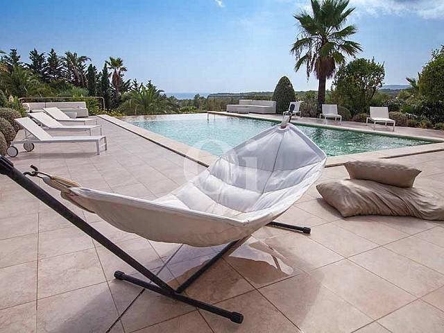 Piscina propia de villa de lujo en alquiler en Ibiza