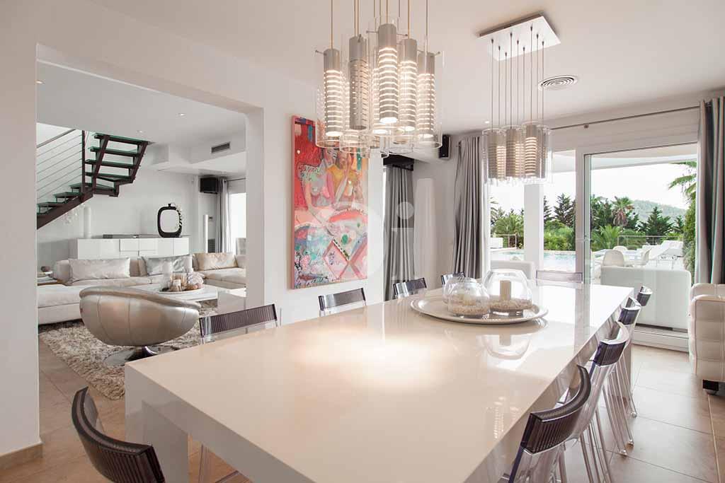 Salón-comedor de villa de lujo en alquiler en Ibiza