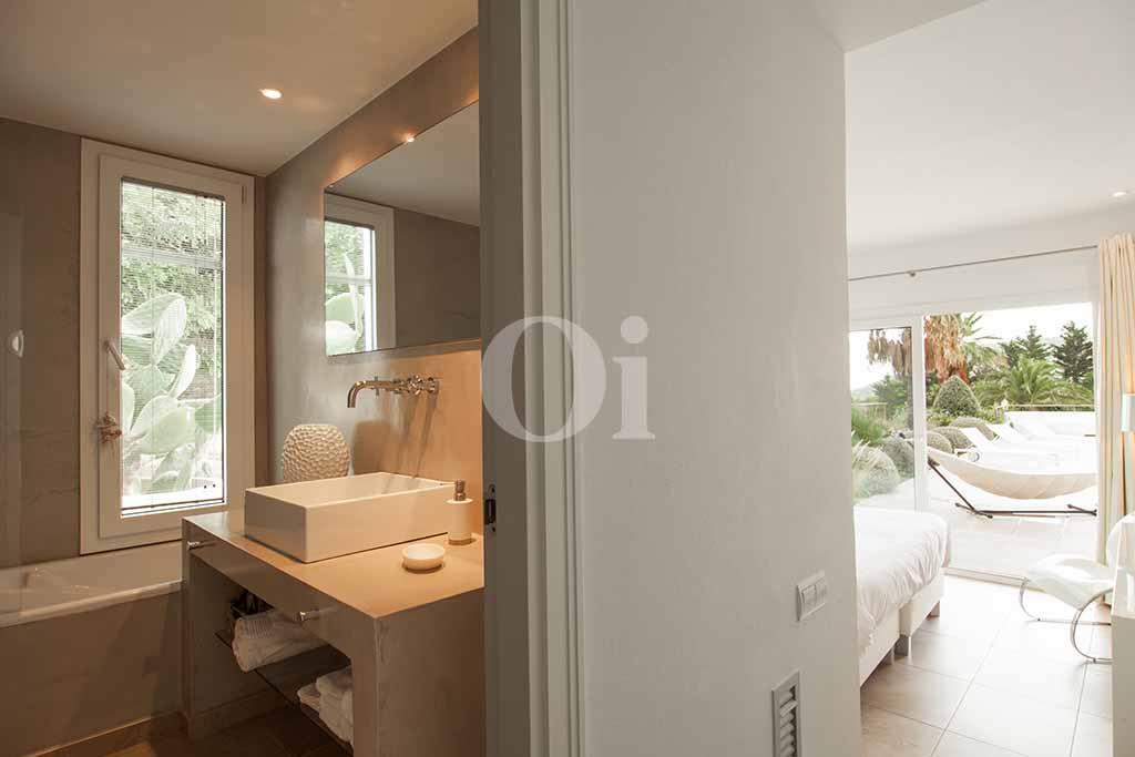 Bany amb banyera d'una vila amb piscina en lloguer a Cala Jundal, Eivissa