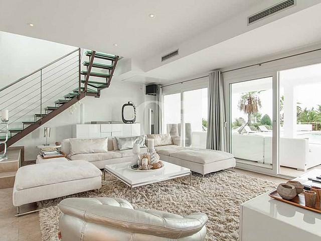 Wohnzimmer mit Glasschiebetür zum Außenbereich