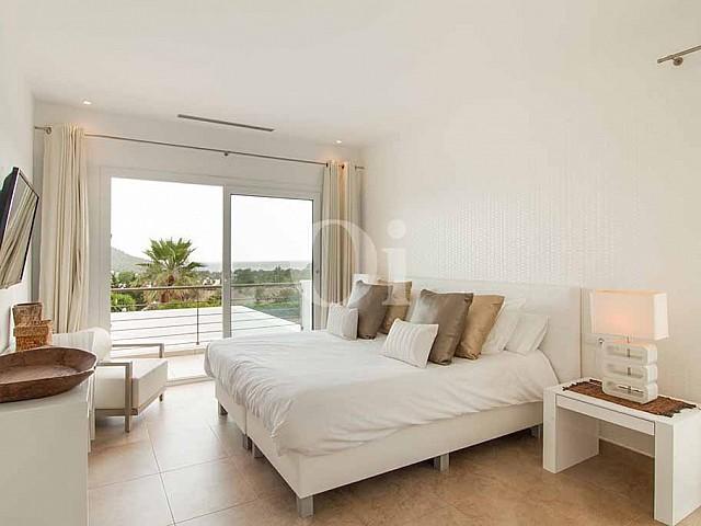 Dormitori d'una vila amb piscina en lloguer a Cala Jundal, Eivissa