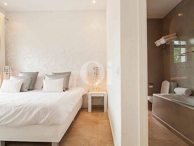 Schlafzimmer und Badezimmer in oberer Etage