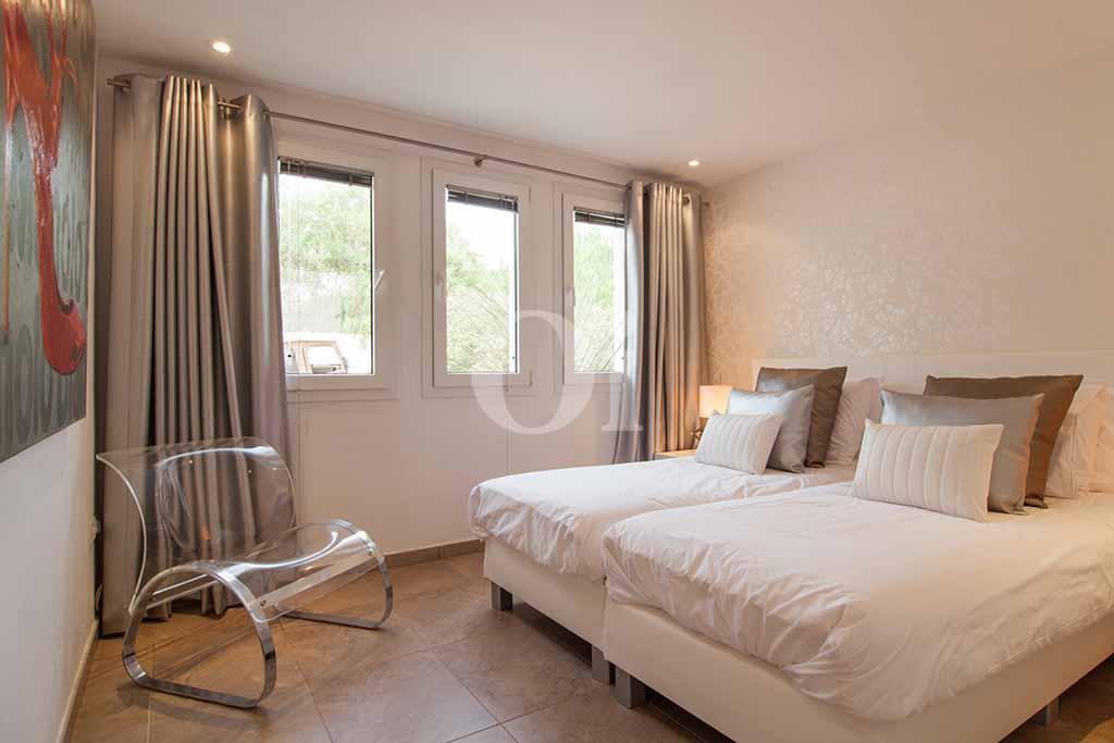 Dormitorio con dos camas de villa de lujo en alquiler en Ibiza