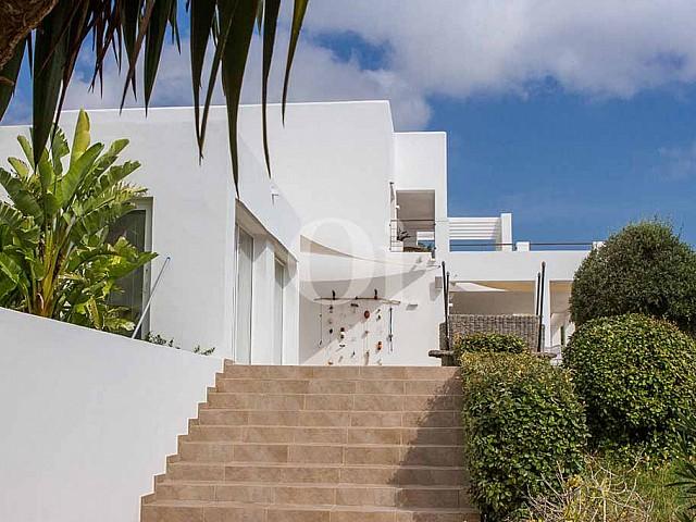 Fachada de villa de lujo en alquiler en Ibiza
