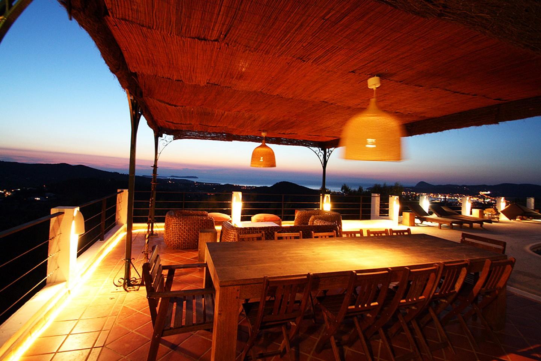 Porxo amb menjador d'una vila d'estil eivissenc en lloguer a Sant Agustí, Eivissa