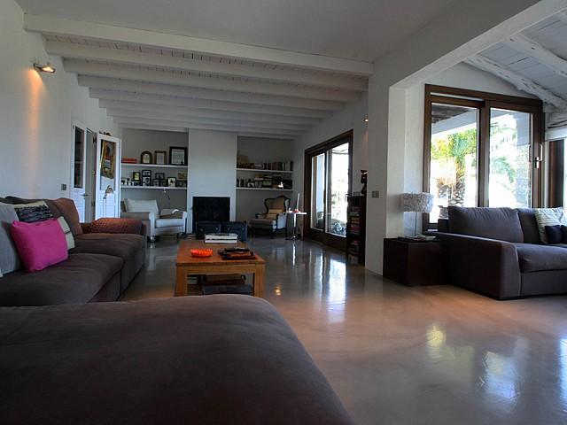 Salón-comedor de preciosa villa en alquiler en San Agustin, Ibiza